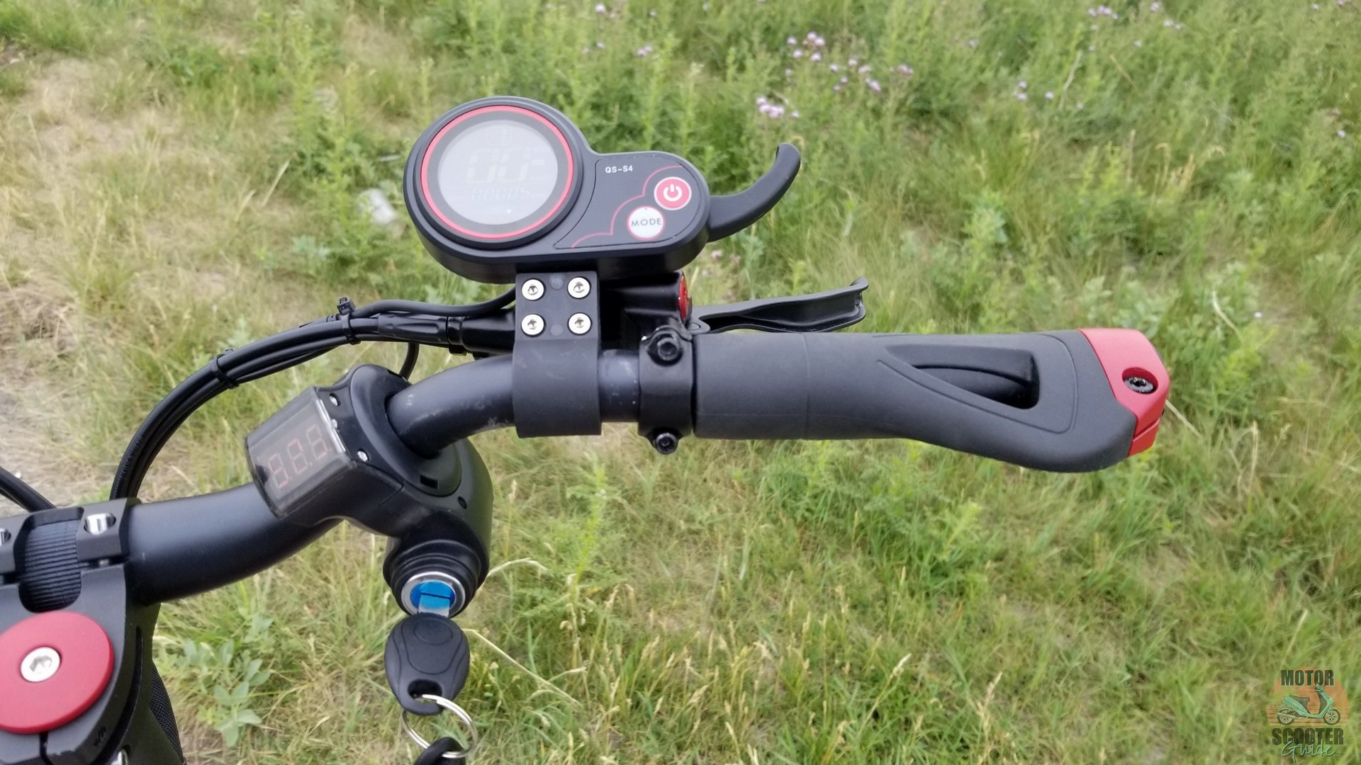 Right side of the handlebar showing limited space for both throttle and right-hand brake